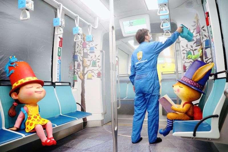 新北捷運公司與工研院合作,推出全國首創「全場域抗病毒軌道系統」,以專利奈米抗菌防護液為乘客安全把關。(圖/新北捷運公司提供)