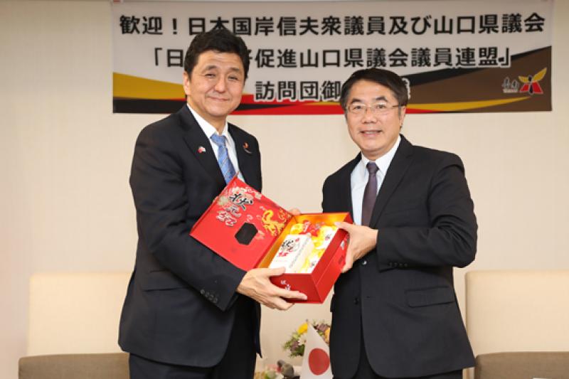 岸信夫眾議員(左)去年來台南參訪時,台南市長黃偉哲餽贈禮品,表達台南人由衷的謝意。(圖/台南市政府提供)