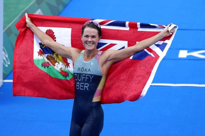 百慕達選手弗洛拉・達菲(Flora Duffy)在東京贏得女子鐵人三項冠軍。(美聯社)