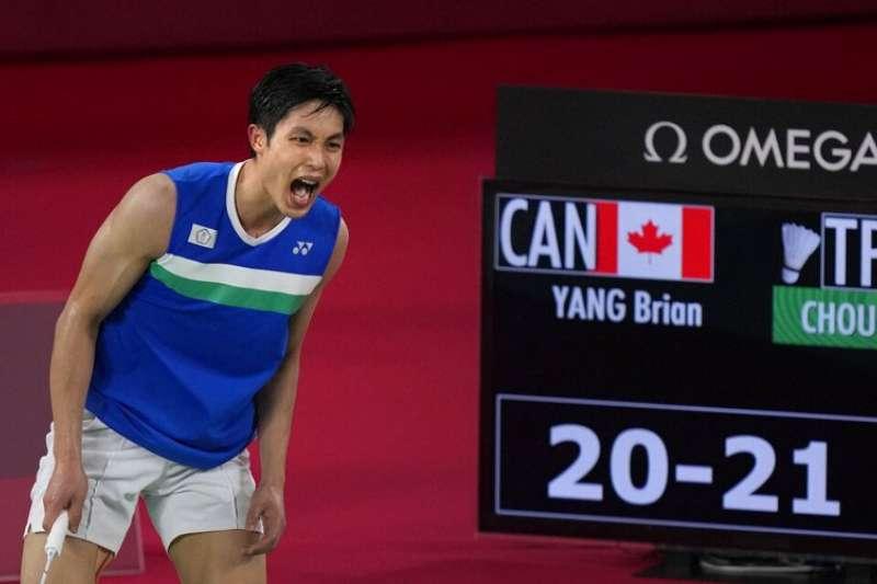 台灣羽球一哥周天成28日在東奧男單小組賽最後一戰陷入苦戰,歷經3局大戰,才艱辛擊敗加拿大華裔小將楊燦、摘下8強門票。(美聯社)