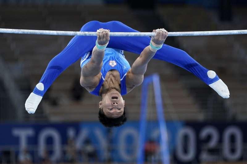 台灣體操好手唐嘉鴻在東京奧運體操全能決賽中,單槓項目拿下次高分的14.766分,全能84.798分、排名第7,寫下台灣在奧運體操男子全能項目的最佳成績。(美聯社)