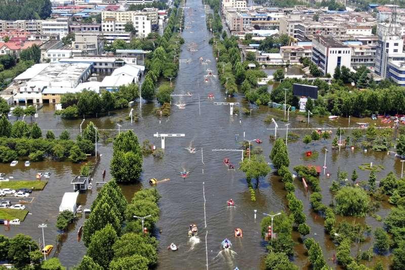 河南日前遭遇破紀錄洪災,整個鄭州市幾乎都泡在水中。(美聯社)
