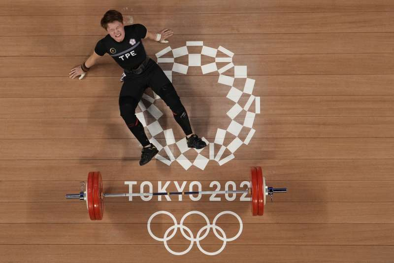 2021年7月27日,東京奧運,台灣代表隊舉重選手陳玟卉出賽,勇奪女子64公斤量級銅牌(AP)