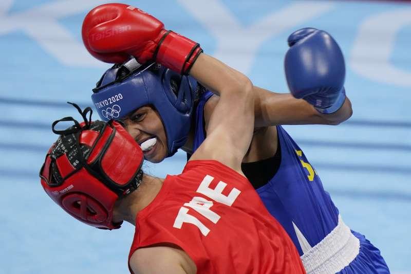 台灣選手在東奧奮戰,國內網軍却為中華隊台灣隊征戰不休。圖為2021年7月27日,東京奧運,台灣拳擊選手吳詩儀在女子60公斤級32強賽擊敗瑞典選手阿萊克森(Agnes Alexiusson),晉級16強。(AP)