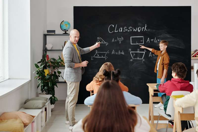 「翻轉式教學」的用意,除確保每位學生能夠接受到老師的關注外,更能培養學生主動自發、樂於學習。(資料照,Pexels)