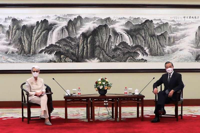 2021年7月26日,美國副國務卿雪蔓和中國外長王毅在中國天津會面(AP)