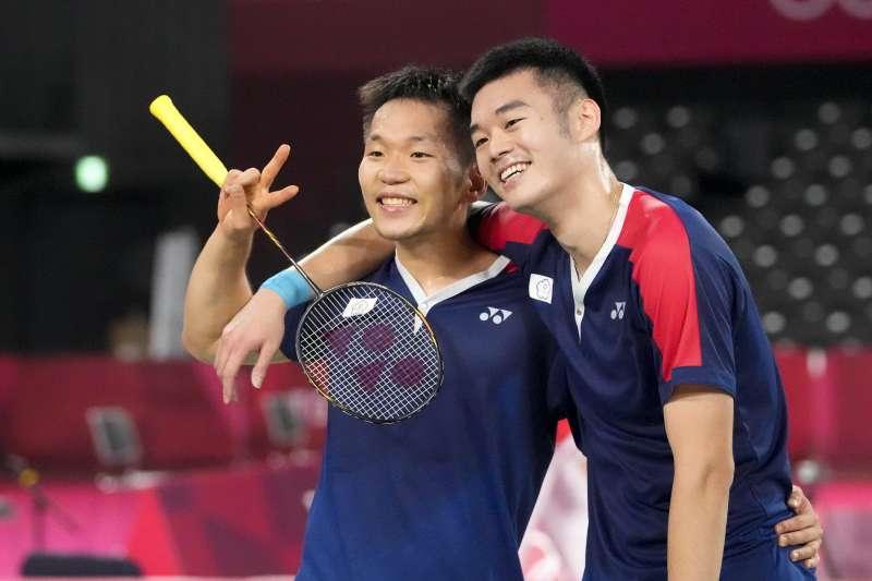 東京奧運羽球難雙項目,台灣好手李洋(左起)、王齊麟「麟洋配」31日將對上中國組合。王麒麟一早在臉書發文表示,會用盡全力拚到最後一刻。(資料照,美聯社)