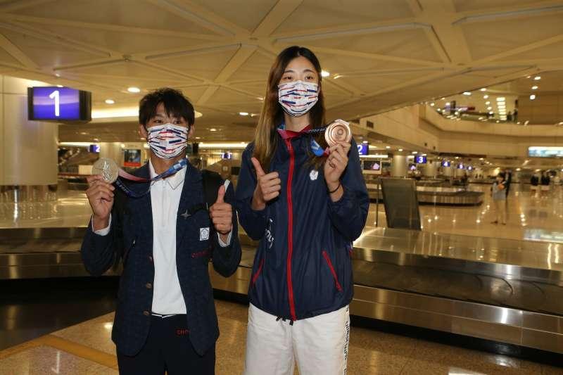 -東奧台灣柔道、跆拳道代表隊日前歸國。圖為楊勇緯選手(左起)、羅嘉翎選手。(體育署提供)