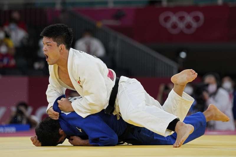 日本73公斤級男子柔道選手大野將平(上)在2020東京奧運26日決賽上擊敗對手,奪得金牌。(AP)