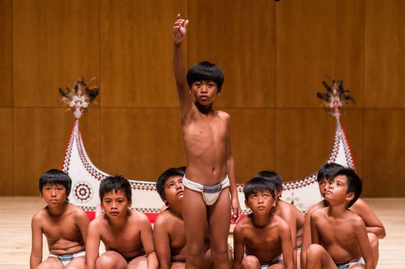 《只有大海知道》蘭嶼小男孩為和臺灣工作的父親見面,參加傳統舞蹈來臺演出,要給父親一個驚喜。(圖/飛行國際視聽股份有限公司提供)