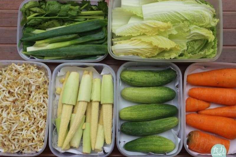 大小不同的密閉透明收納盒與封口夾鏈袋,有助於冰箱分類與整理,減少浪費食物的機率。(圖/食力提供)