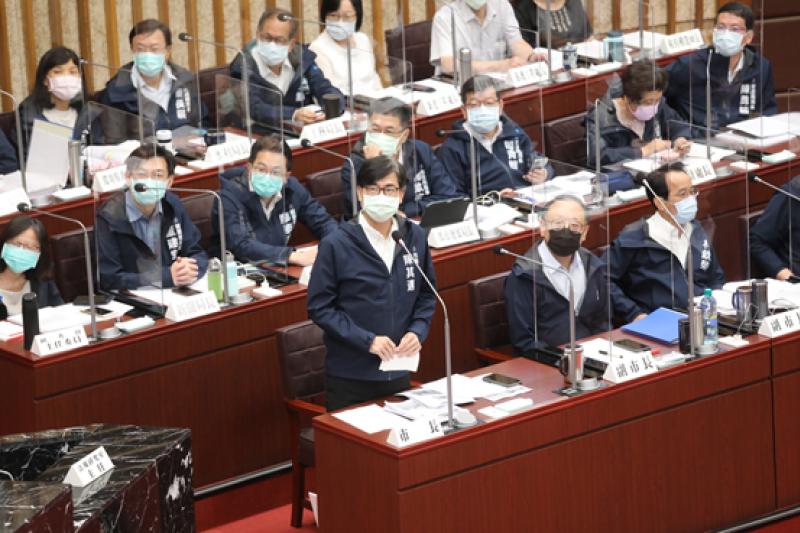 高雄市長陳其邁答詢表示,台灣假如能持續維持公共衛生手段,增加疫苗覆蓋率就能降低疫情再爆發機率。(圖/高雄市議會提供)