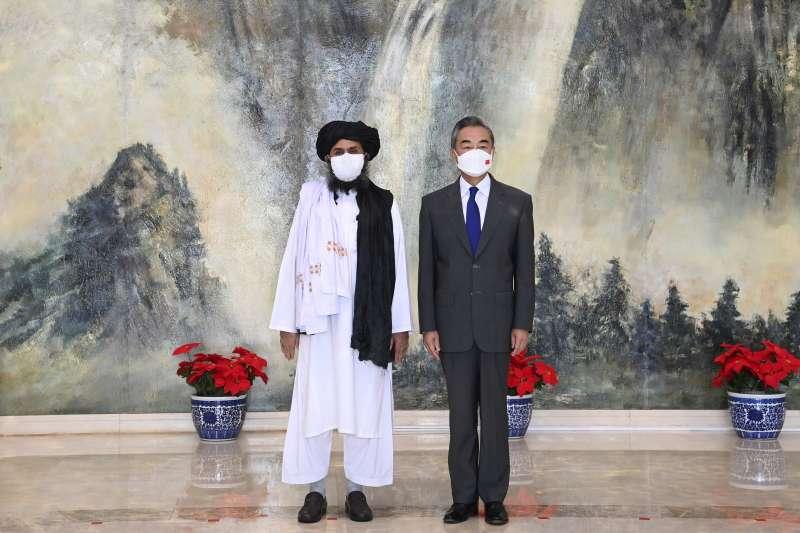 阿富汗激進組織神學士領導人巴拉達爾在中國天津與中國外交部長王毅會面(AP))