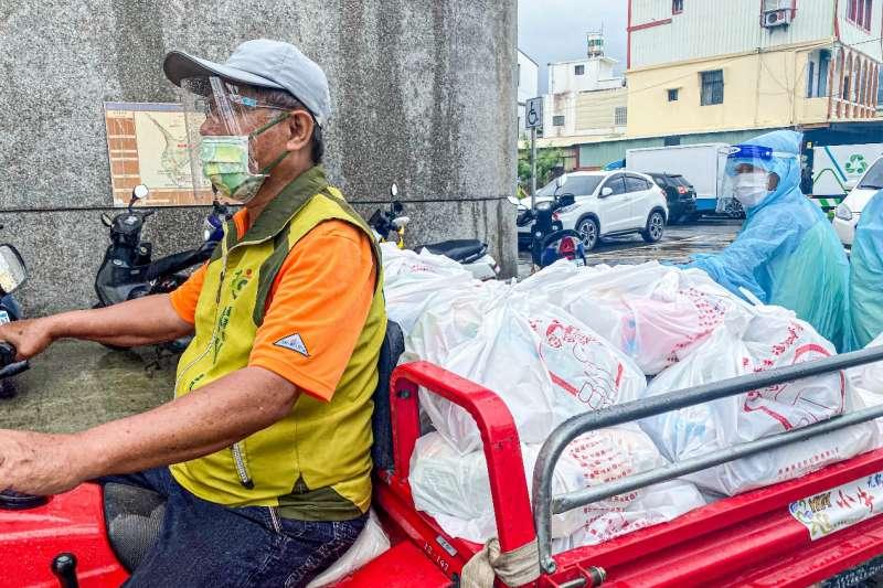 屏東縣府為讓民眾安心在家防疫,特準備上千份防疫物資包提供給村民。(圖/屏東縣政府提供)