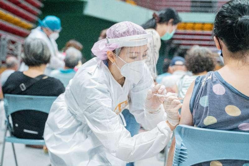 屏東縣以專案方式提供社區民眾疫苗接種,也鼓勵鄉親盡早施打,讓生活回歸正常。(圖/屏東縣政府提供)