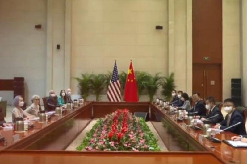 7月26日,美國常務副國務卿雪蔓與中國外交部副部長謝鋒在天津會談登場。(資料照,取自微博)