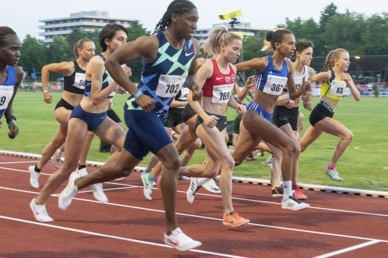 南非田徑奧運金牌得主賽曼雅(號碼布702者),因體內天然睪酮濃度過高,遭禁止參加中距離徑賽。(AP)