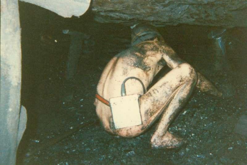 民國52年底發生了嚴重的礦災,造成兩對夫妻同時罹難,留下了孤兒無處可去,為了避免這樣的悲劇、遵守國際公約,政府下令女礦工不得入坑。(周朝南先生提供)