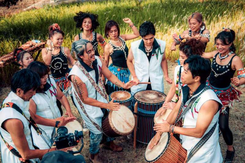 結合傳統非洲樂器與東西方音樂元素的嬉班子表演團隊。(圖/新北市文化局提供)