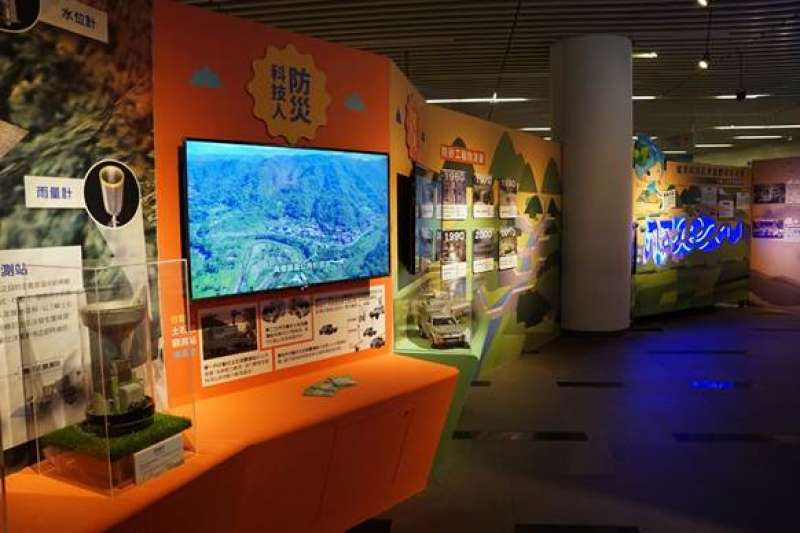 水保60周年慶巡迴展「淼垚众」中,展示防災科技人主要是透過科技維護水保防災的概念。(圖/國立資訊圖書館提供)