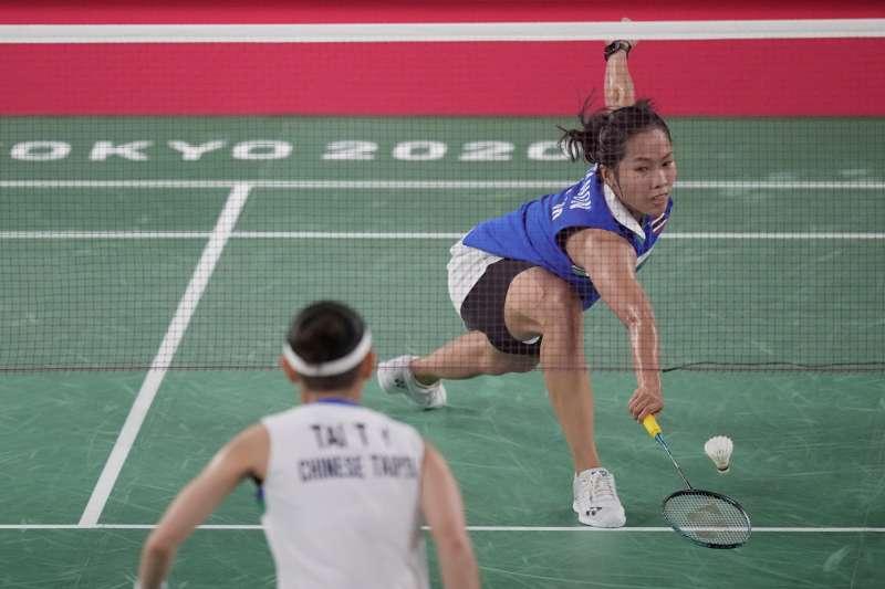台灣羽球天后戴資穎(左)戰勝泰國好手依瑟儂(右),成功晉級東京奧運4強。(美聯社)