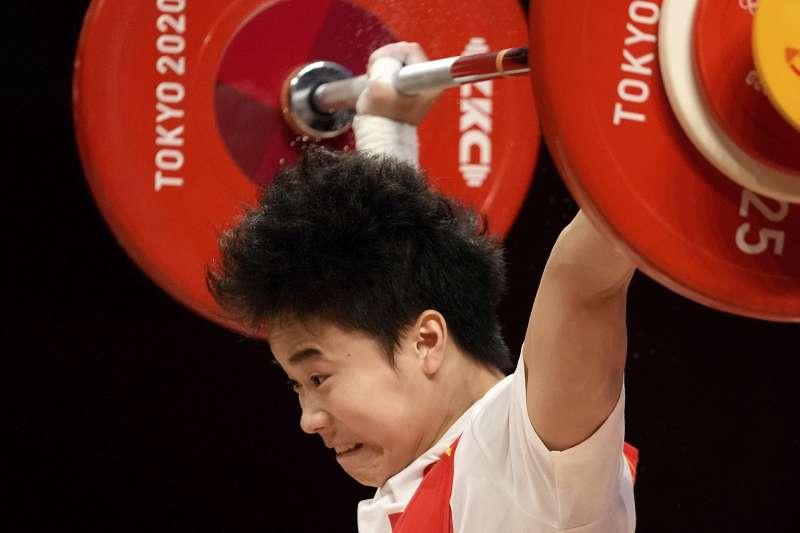 中國舉重運動員侯志慧在東京奧運49公斤級比賽中奪下金牌。(AP)