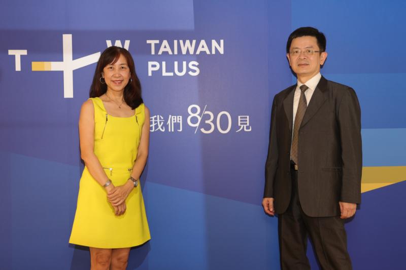 中央社主責執行國際影音串流平台計畫「Taiwan+」即將在8月30日正式上線,圖為平台執行長蔡秋安(左)、中央社社長張瑞昌。(中央社提供)