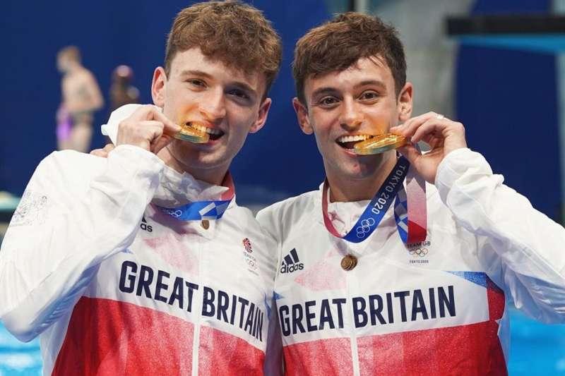 為何奧運選手拿到獎牌時都要咬一咬供攝影師拍照?(圖/取自instagram.com/tomdaley)