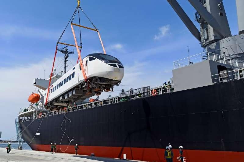 20210727-EMU3000新型城際列車30日抵台卸船。(台鐵局提供)
