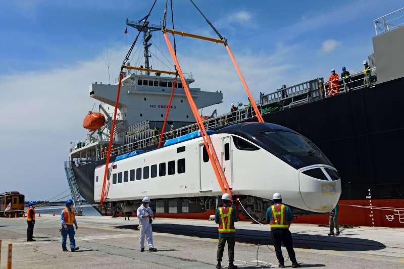 EMU3000新型城際列車30日正式抵台,並進行卸船。(台鐵局提供)