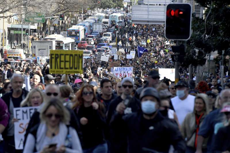 7月24日,澳洲雪梨民眾上街抗議防疫的封鎖措施(美聯社)