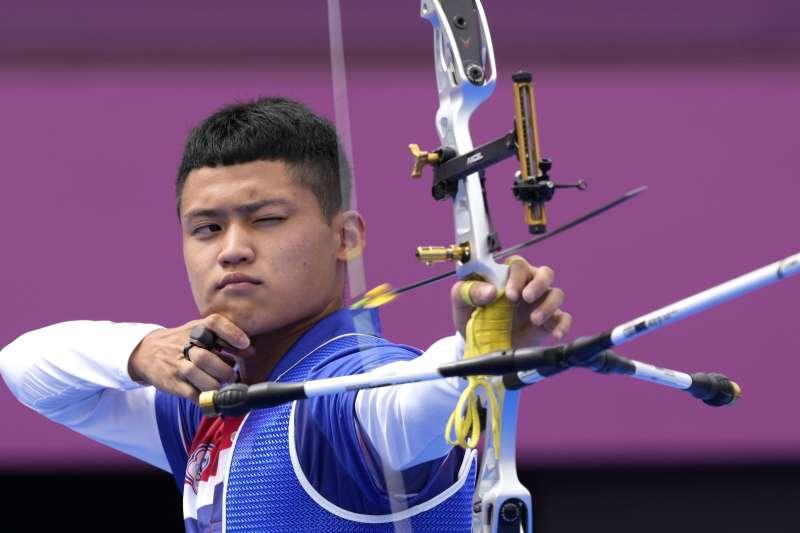 台灣射箭好手「湯包」湯智鈞31日在東京奧運男子個人對抗賽8強,以6比4射下手握2面奧運男團金牌的韓國好手金優鎮、晉級4強。(美聯社)