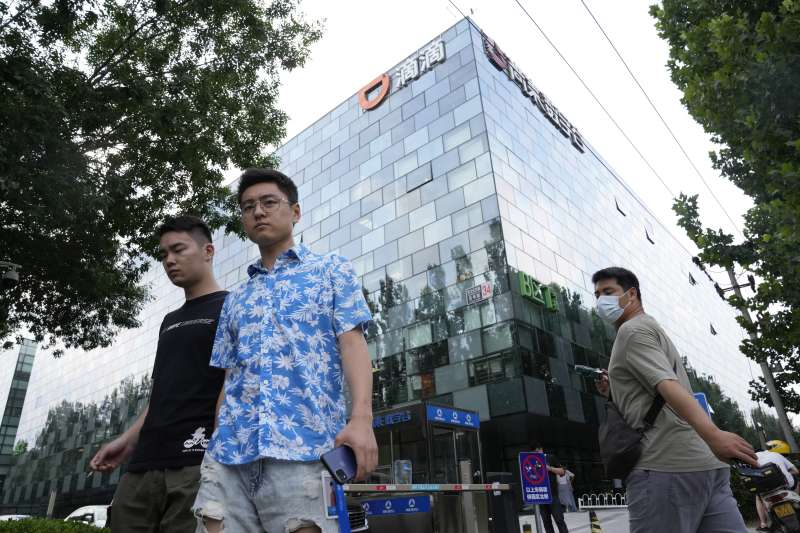 2021年,中國政府嚴格監管網路業、科技業、教育業,滴滴出行(AP)