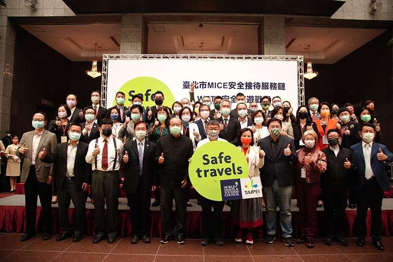 台北市長柯文哲親自頒發證書給取得第一期安全旅遊戳記的35 家業者,希望藉由安全接待服務鏈的建置,將台北打造成國際會議展覽產業的亞洲首選城市。(圖/台北市觀光傳播局)