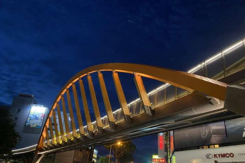 潭心鐵馬空橋橋體欄杆以均勻柔和的安全性照明,打造夜間微亮光帶。(圖/台中市政府)