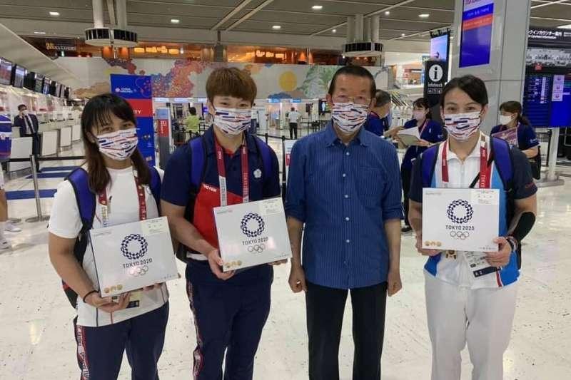 東京奧運仍在進行,舉重金牌郭婞淳(右一)、銅牌陳玟卉(左二)及射撃隊、游泳隊的選手31日返國,駐日代表謝長廷(右二)親自到機場送機。(取自謝長廷臉書)
