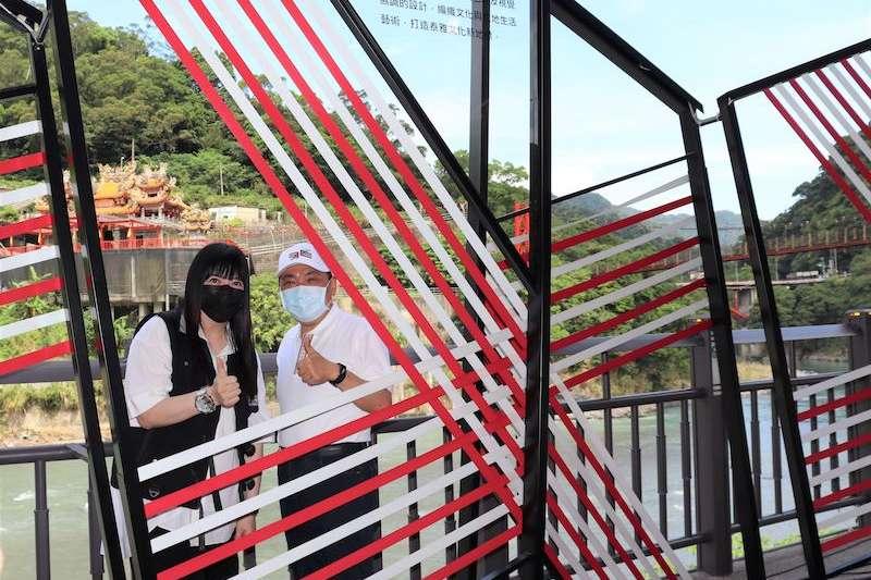 國際知名設計師潘怡良(左)與新北市長侯友宜合影。(圖/新北市原民局提供)