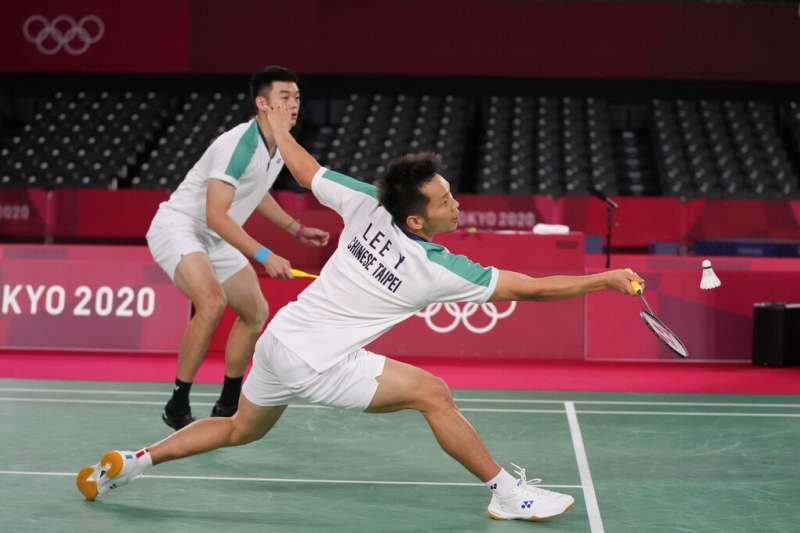 台灣男子羽球雙人組合王齊麟、李洋在東京奧運勇奪金牌。(資料照,美聯社)