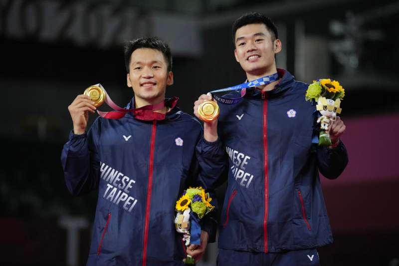 台灣羽球男雙組合王齊麟(右)與李洋(左)奪金,教練陳宏麟倍感驚喜,還坦言「真的沒想過」。(資料照,美聯社)