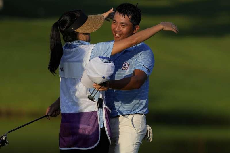 台灣高爾夫球一哥潘政琮(右)1日拿下銅牌。(美聯社)