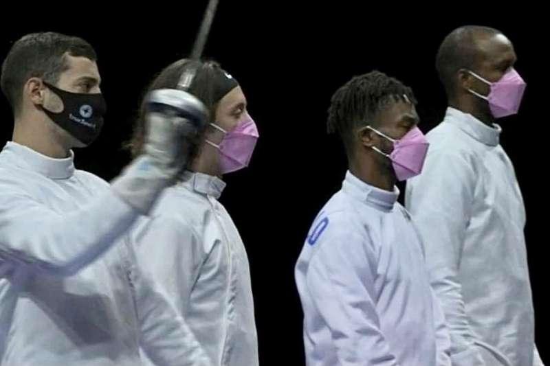 7月30日,美國擊劍隊全體當面抗議哈季奇參賽,全體帶粉紅口罩出賽,只有哈季奇一人戴黑口罩。(取自@IbtihajMuhammad)