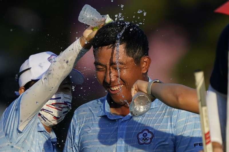 2021年8月1日,東京奧運,台灣代表隊高爾夫球選手潘政琮勇奪銅牌,夫人兼桿娣林盈君澆水慶祝(AP)