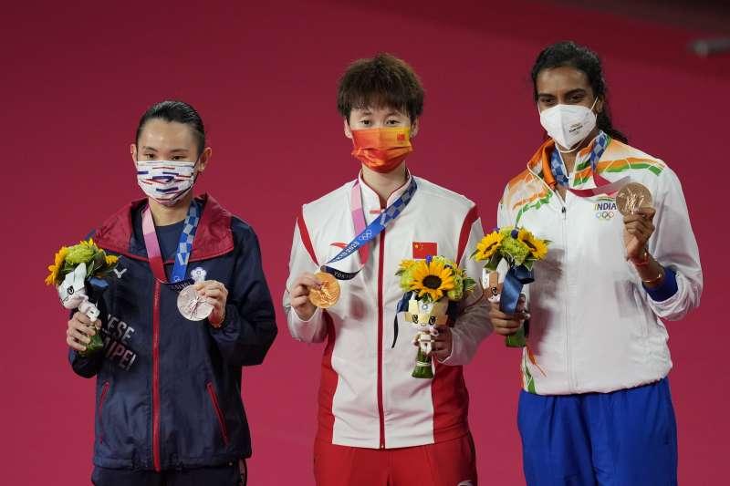 台灣羽球天后戴資穎在東京奧運上勇奪女子單打銀牌,導演李又宗分析中國選手迎戰策略。(圖/AP)