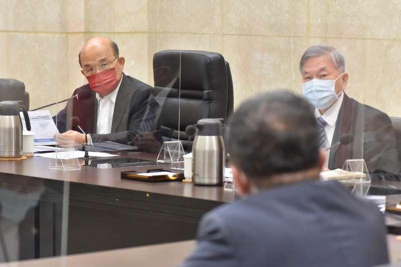 行政院長蘇貞昌今(2)日召開擴大防疫會議,針對戒降為2級後相關管制執行情形等議題進行討論。(行政院提供)