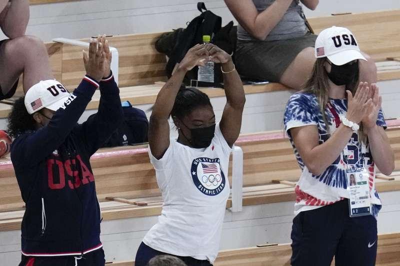 2020年東京奧運,美國體操女王拜爾斯(Simone Biles,中)為參賽隊友加油(AP)