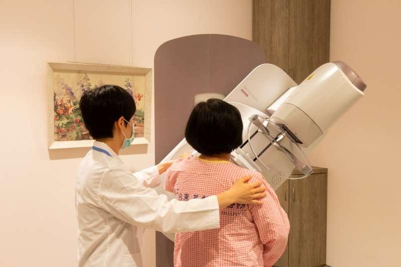 台東基督教醫院新引進乳房X光攝影機除了2D攝影,還能做到3D攝影。(圖/台東基督教醫院提供)