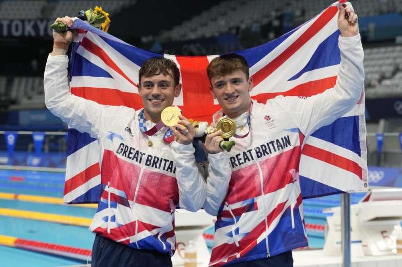 今年東京奧運上,27歲的戴利(左)與夥伴麥堤摘下男子雙人10 公尺跳台跳水金牌(美聯社)