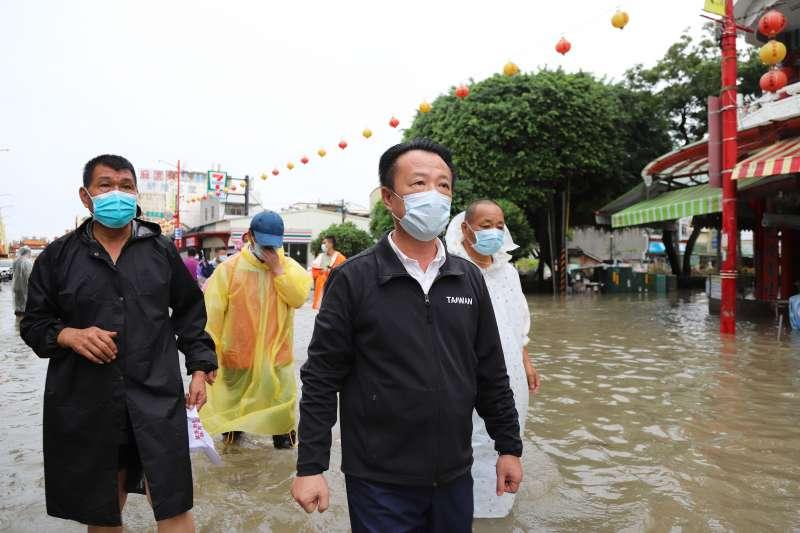 縣長翁章梁視察淹水地區並向鄉親致歉。(圖/嘉義縣新聞行銷處提供)