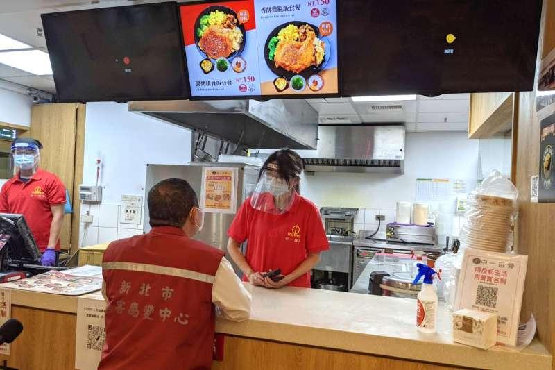 新北市百貨賣場美食街,服務人員除了配戴口罩以外亦需配戴面罩等。(圖/新北市經發局提供)