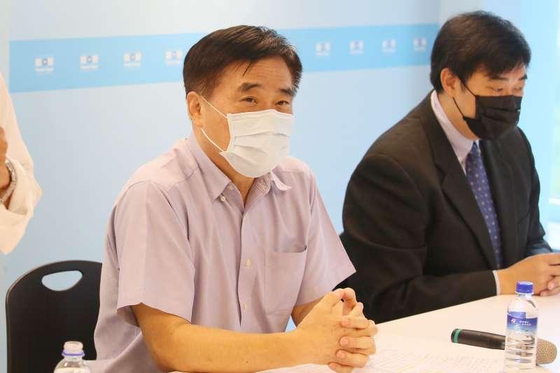 20210802-前前台北市長郝龍斌(左)2日出席聲請停止高端緊急授權、搶救國民健康記者會。(柯承惠攝)